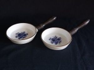 Par de tigelas em porcelana branca com cabo em madeira, borda filetada a ouro, centro decorado com bouquet de flores em azul. 19 x 10cm.