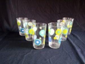 Conjunto de 6 copos para água em vidro translúcido decorado com bolas policromadas. Acondicionado em embalagem original. Alts. 11cm.