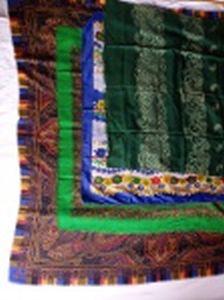 Quatro lenços em tecido estampado. 115 x 115 - 80 x 80 - 76 x 76 e 120 x 68cm.