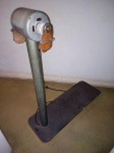 Antigo aparelho modelador de cintura, base de madeira pintada. Marcado Esbeltex.
