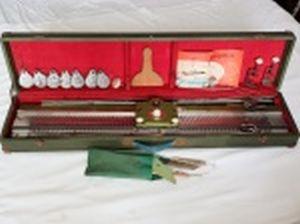 Maquina de tricot automática. Manufatura FGY. Com manual e caixa original de madeira forrada. No estado. 11 x 90 x 20cm.