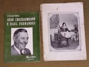 LIVRO (2) - Dois catálogos: a) Catálogo do Leilão das Coleções Assis Chateaubriand e Raul Fernandes apregoado pelo leiloeiro Affonso Nunes em março de 1970. b) Catálogo de instruções da máquina Singer. No estado.