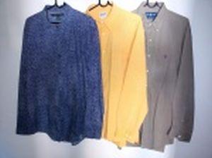 Três camisas de mangas compridas: Tommy- Hilfiger, tamanho XL; Richards, tamanho L/03 e Ralph Lauren, tamanho L.