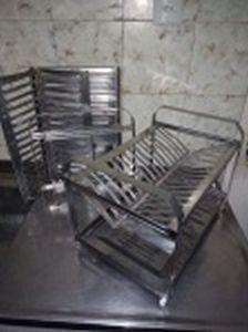 Dois secadores de pratos em inox. Um deles faltando os suportes das bases. No estado. 30 x 41 x 27cm cada.
