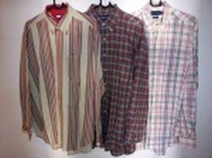 Três camisas de mangas compridas: Tommy Hilfiger, tamanho L; Ralph Lauren, tamanho L e Richards, tamanho 3.