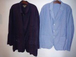 Dois blazers em tecido; 1 com etiqueta Kalvin Klein, tamanho L.