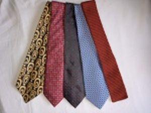 Cinco gravatas, 4 em tecido e 1 em crochê. marcas e modelos diferentes.