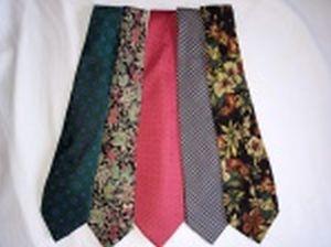 Cinco gravatas em tecido, marcas diferentes.