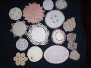 Trinta panos para mesa em diversos modelos e tecidos. Maior 33 x 24cm.