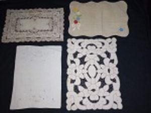 Quatro peças de jogo americano avulsas, tecidos e modelos diversos. Maior 44 x 34cm.