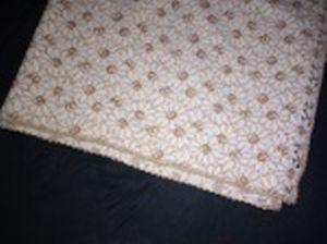 Toalha de mesa em tecido decorado com margaridas, bordas com acabamentos. 190 x 145cm.