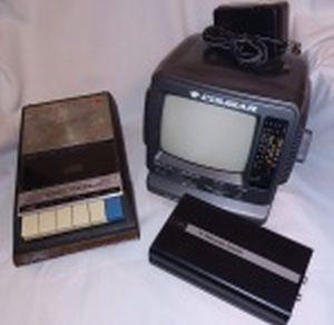 Três eletrônicos: a) TV preto e branco, portátil, com radio AM/FM. manufatura Cougar modelo CTF-400-G. 17 x 19 x 20cm. b) Gravador cassete manufatura National-Panasonic modelo RQ-209DS. c) TV video system converter PAL M - PAL N. Todos não testados e sem garantias de funcionamento..