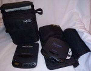 Dois Discman: a) Fisher Dynamic Bass Expander modelo PCD 1. b) Sony Mega Bass modelo D-142 CK. Acompanham bolsas e cabos. Não testados, usados e sem garantias.