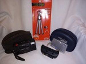 Duas máquinas fotográficas: a) Digital manufatura Sony modelo Cybershot. b) Olympus modelo Trip AF. Com oxidação. Ambas não testadas e sem garantia de funcionamento. c) Tripé para câmera digital manufatura Daiso, Japan. Sem uso. Câmeras não testadas e sem garantias de funcionamento.