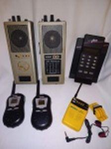 Quatro eletrônicos não testados e sem garantias: Radio AM/FM a pilha modelo RadioSport; 2 Walkie-Talkie Cobra; 2 Walkie-Talkie sem marcas e 1 VCR Plus+.