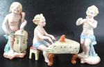 Trio de meninos musicistas em biscuit muito ricos em detalhes; Medem 16 cm o maior tamanho e 8 cm o menor tamanho. Total de 4 peças. OBS: Falta parte da mão direita e a flauta de um deles e faltam as pontas dos dedos da mão esquerda do pianista.