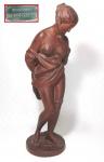 ARTE ERÓTICA - Bela escultura de dama semi desnuda rica em detalhes assinada na base com selo CHARLES CUMBERWORTH. Mede 35 cm de altura por 10 cm de diâmetro na base. OBS: Material indefinido, podendo ser estuque, cerâmica ou argila.