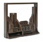 Artista não identificado. SEM TÍTULO. Assemblage em madeira. Altura = 45,5 cm; comprimento = 50,5 cm; largura = 13 cm. Este belíssimo trabalho, extremamente decorativo, remete à obra da artista Louise Nevelson (1899-1988).