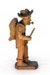 Mestre Luiz Antonio (Caruaru/PE, 1935). PESCADOR. Escultura em barro cozido. Altura = 15 cm. Assinado LUIS ANTONIO no fundo da peça. Peça íntegra, com todos os seus atributos presentes (cachimbo, cajado e peixe).