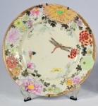 Raro pratinho em porcelana policromada provavelmente chinesa decorado com flores, borboletas e libélula. Diâmetro = 18 cm. Não possui inscrições no verso. Em perfeito estado de conservação.