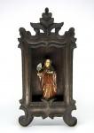 Minas Gerais, Brasil, século XIX. Oratório mineiro em estilo Lapinha, recortado em madeira nobre, sem vestígios de policromia. Medidas: 36 (h) x 18 (b) x 8 (p) cm. Em bom estado de conservação.