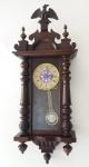 Relógio Alemão Junghans, caixa em madeira com frontão superior no formato de águia, pêndulo. Todo original! Funcionando perfeitamente e recentemente revisado. Med. 88x35x17 cm.