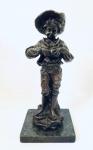 Escultura francesa em bronze representando menino segurando fruto, assinada. Med. Alt. 34 cm.