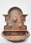 Fonte em fer forgé (ferro forjado), decorada com concha. Med. 80x45x95 cm. Peso aprox. 85 kg.
