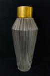 Vaso em vidro com lapidação ondulada, com borda em metal dourado. Med. 44x17 cm.