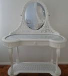Linda Penteadeira no estilo francês em madeira nobre laqueada na cor branca., com espelho oval bisotado, um estágio em palhinha, uma gaveta e tampo em madeira encimada por vidro. Med. 1,56x1,13x0,61 m.