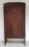 Armário mineiro para mantimentos Brasil século XIX com duas portas e prateleiras internas medindo 174 cm de altura por 85 cm por 44 cm.