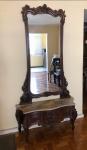 Cheval Standing Dresser, elegante espelho para corpo inteiro ao gosto do rococó Frances do século XVII parte superior finamente entalhada tampo de mármore necessitando restauro e base bombe com recortes e molduras entalhes e vazados em bom estado de conservação medindo 236 cm de altura por 115 cm por 38 cm.