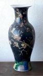 Antiga e monumental bilha em porcelana Chinesa do século XIX fundo negro com decoração em flores de cerejeira medindo 60 cm de altura por 26 cm de diâmetro no bojo.