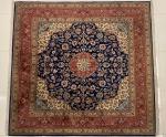 TAPETE - Tapete oriental, policromado, cores predominantes vermelho e azul. Med. 207x201 cm.