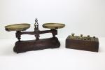 DIVERSOS - Antiga balança de 2 pratos, 5 kg, Filizola, cepo em madeira com pesos faltantes. Med. 22x41 cm e 8x21x10 cm.