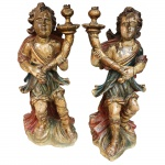 Par de anjos tocheiros em monobloco de madeira policromada. Portugal, Séc. XVIII. 62 cm de altura.