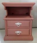 Mesinha de cabeceira laqueada na cor rosa - Medidas:  ( Mesa apresenta vários descascados no laqueado, lote vendido no estado)