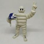 Bibendum Michelin - Lindo boneco da Michelin segurando um capacete - Fixo, nada articulável. Mede 13cm de altura