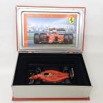 Ferrari - Alain Prost - Maravilhosa miniatura diecast escala 1/43 edição especial limitada - La Storia - Uma maravilhosa caixa de papelão duro com o emblema da ferrari em relevo e dentro uma lata em formato de livro para acondicionar a miniatura. Modelo Ferrari 641/F1-90 Alain Prost 1990 French GP 1/43 Sf06/90, a lata também tem o emblema da ferrari em relevo e dentro ainda vai um folheto com a história do carro. No folheto consta IXO e na caixa de papelão consta Hot Wheels.