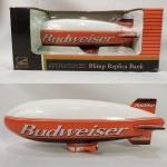Maravilhoso dirigível ou Blimp com tema da Cerveja Bud ou Budweiser. Tem a função de cofre. Caixa original - Fabricado em diecast pela Liberty Classics by SpecCast. Mede 23cm de comprimento