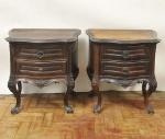 Par de criados mudo em jacarandá estilo D. João V, circa 1900. Madeira de grossa espessura, medida 61 x 56 x 41 cm.