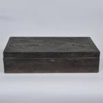 Antiga caixa de madeira, tampo entalhado com figuras e floresta, med. 17 x 68 x 37 cm. No estado.