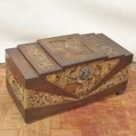 Antigo baú chinês, em madeira entalhada de dois tons, representando cenas do cotidiano e dragões. Medida 45 x 90 x 43 cm.