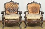 Majestoso par de FAUTEUILS, estilo D. João V, circa 1900. Em jacarandá com finos entalhes, pés em sapatas, braços curvos. O estofamento se encontra no estado. Med. 105 x 75 x 63 cm.