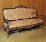 Majestoso sofá de três lugares, estilo D. João V, circa 1900. Em jacarandá com finos entalhes, pés em sapatas, braços curvos. O estofamento se encontra no estado. Med. 107 x 187 x 59 cm.