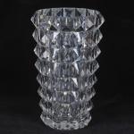 BACCARAT - magnífico vaso de cristal francês maciço, anos 50. Lapidado no formato de diamante. Conforme nota fiscal da Cristalleries Baccarat - Paris, datada de 27/06/1950. medida 34 x 22 cm.