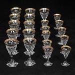 Parte de serviço de cristal tcheco, Cristallerie Moser. Pés facetados, corpo lapidado e decorado com faixa em ouro, composto de: 11 cálices de vinho do porto e 10 cálices para licor.