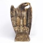 """Extraordinária escultura de alabastro, repres. """"Águia pousada sobre rocha"""", olhos de vidro. Apresenta restauro e quebra no bico. Europa, séc. 19. medida 50 x 27 x 23 cm."""