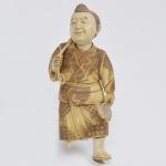 """Grupo escultórico esculpido em marfim e cinzelado, representando """"Homem do campo"""", falta uma das pernas e um apetrecho. Japão, período Meiji. Altura 17 cm."""