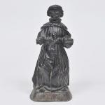 Santo com vestes franciscanas - Rara imagem entalhada em nó de pinho, transição séc. XVIII/XIX. Medida 28 x 12 x 10 cm.
